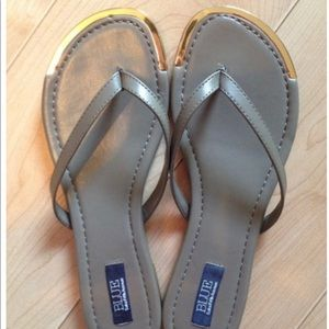 NWT BLUE SAKS 5th AVE Taupe & Gold tip flip flops